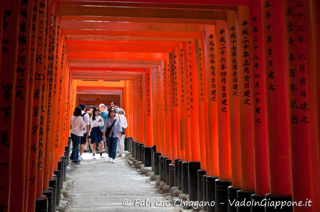 Torii lungo il Fushimi Inari, Kyoto, Giappone