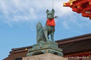 Kitsune con una chiave in bocca al Fushimi Inari-taisha, Kyoto, Giappone