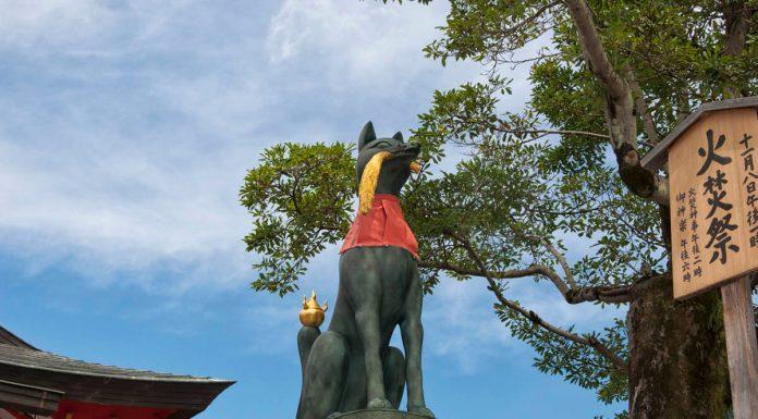 Statua di una volpe al Fushimi Inari, Kyoto, Giappone