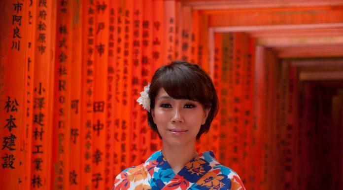 Ragazza in kimono lunog il Fushimi Inari, Kyoto, Giappone