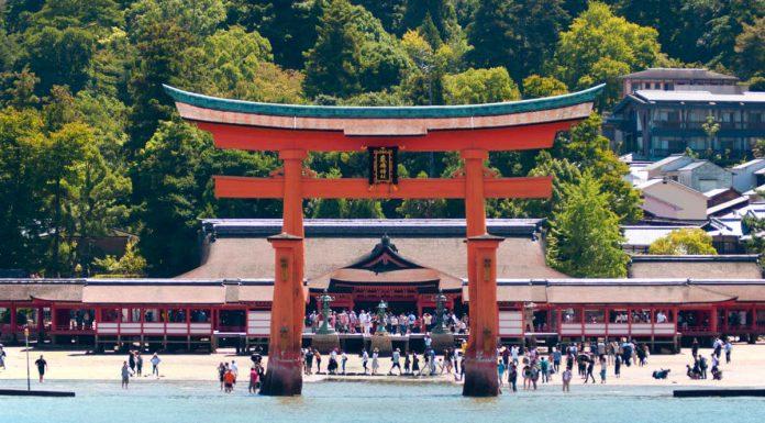 Vista frontale del torii di Itsukushima, Miyajima, Giappone