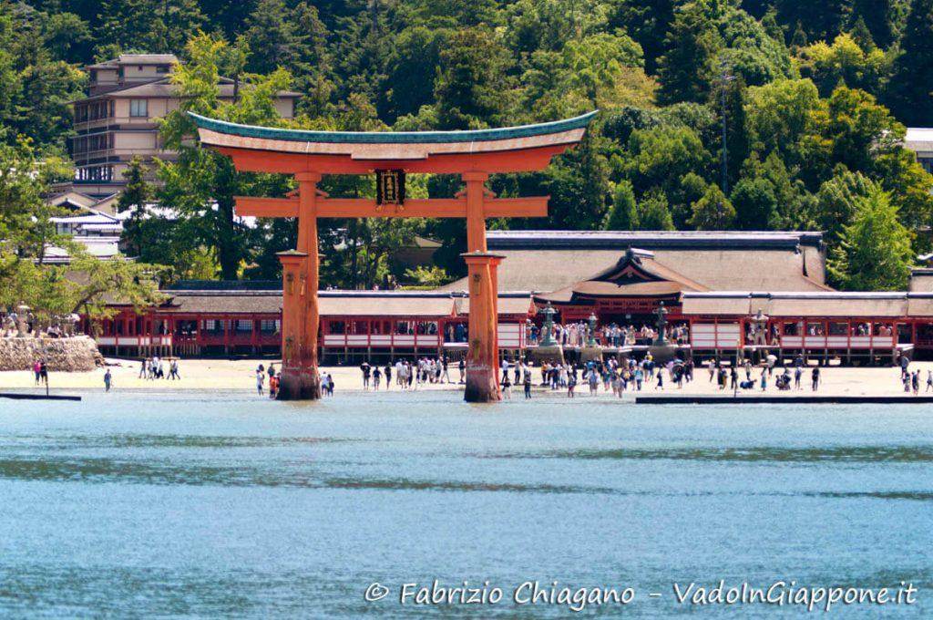 Vista dal traghetto del santuario di Itsukushima, Miyajima, Giappone