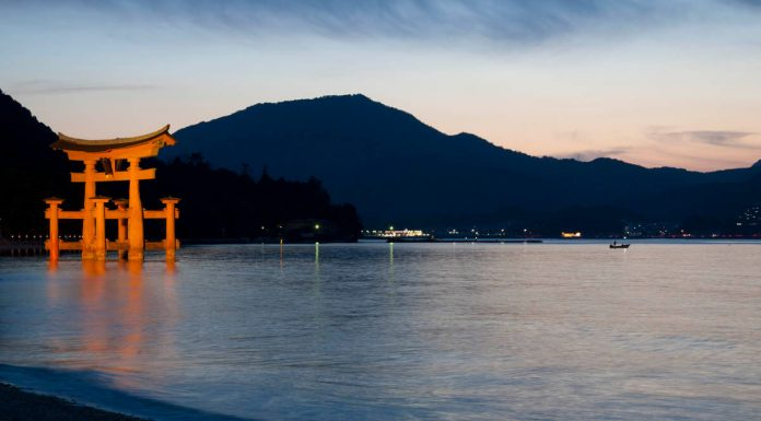 Torii di Itsukushima e nave da pesca in lontananza, Miyajima, Giappone