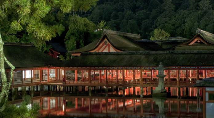 Vista in notturna del retro del santuario di Itsukushima, Miyajima, Giappone