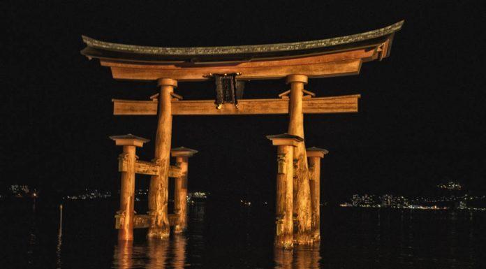 Foto artistica del Torii di Itsukushima, Miyajima, Giappone