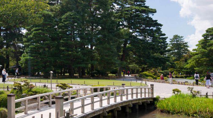 Uno dei tanti ponti del giardino Kenrokuen, Giappone