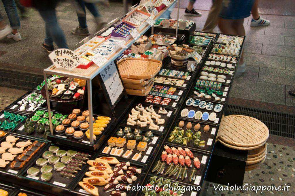 Vendita di porta bacchette al Nishiki Market, Kyoto, Giappone