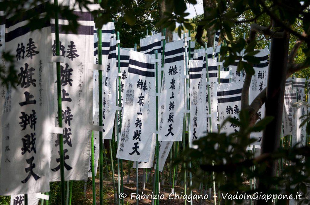 Bandiere con preghiere al santuario Tsurugaoka Hachimangu, Kamakura, Giappone