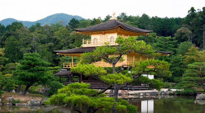 Vista frontale del tempio Kinkakuji, Kyoto, Giappone