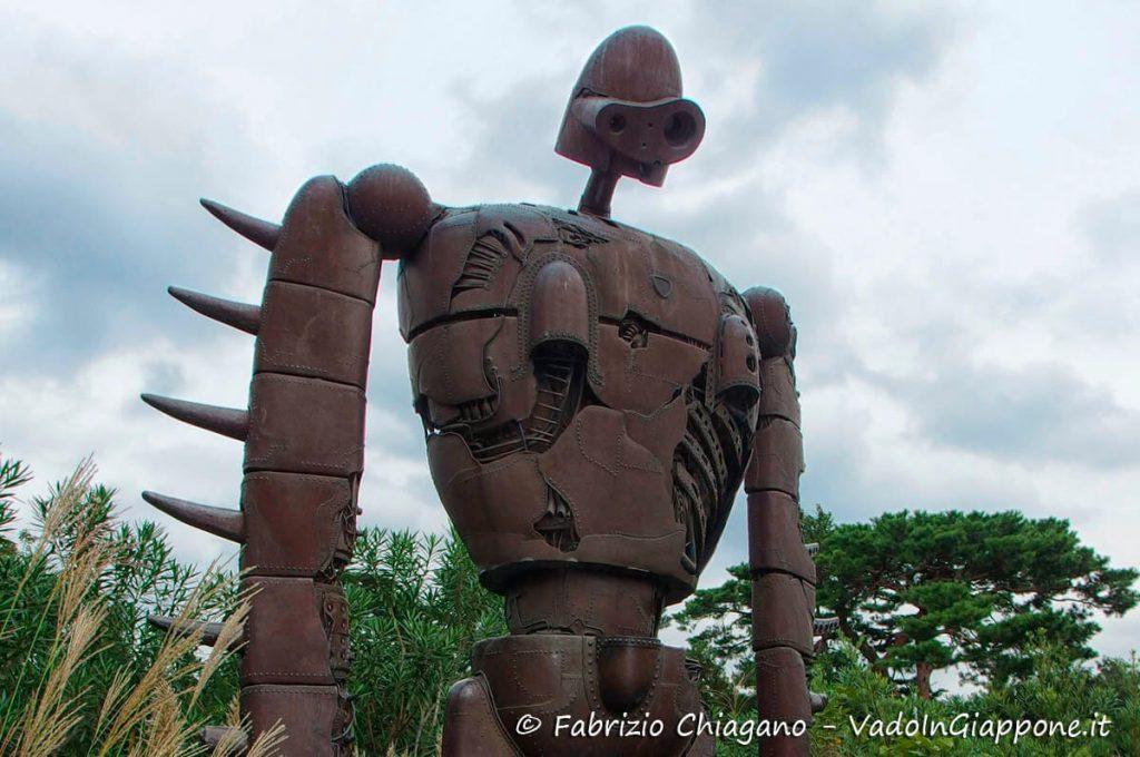 Statua del Robot soldato sulla terrazza del museo dello Studio Ghibli