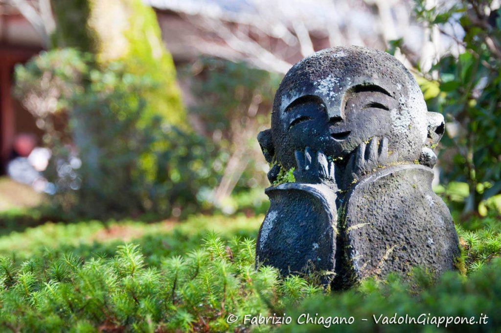 Graziosa statua di Jizo nei giardini del tempio Enko-ji