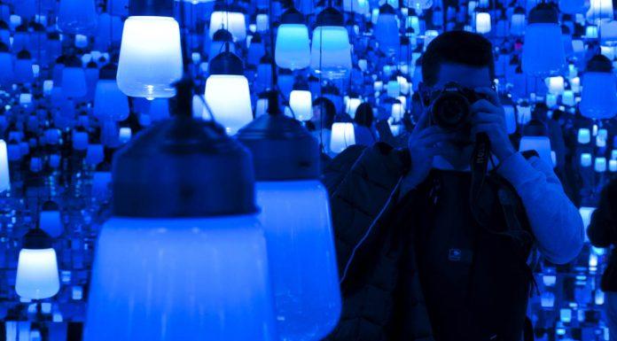 Foto in soggettiva all'interno della sala delle lanterne del Mori Digital Art Museum