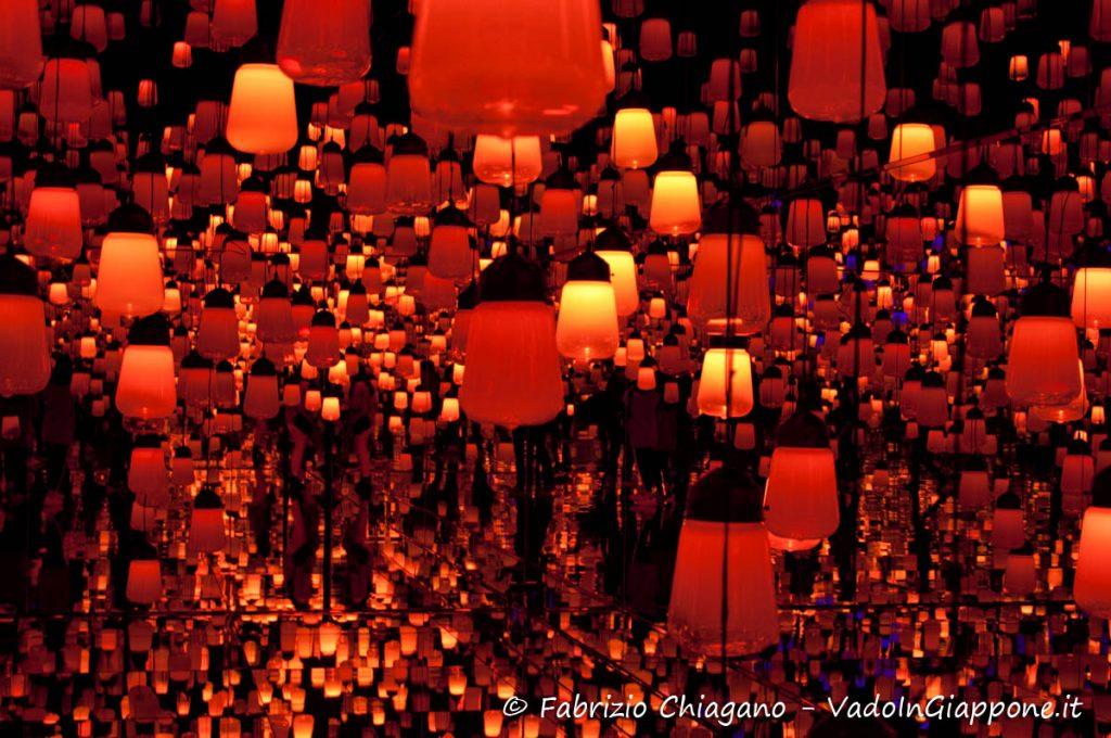 La Foresta delle Lanterne illuminata di rosso del Mori Digital Art Museum