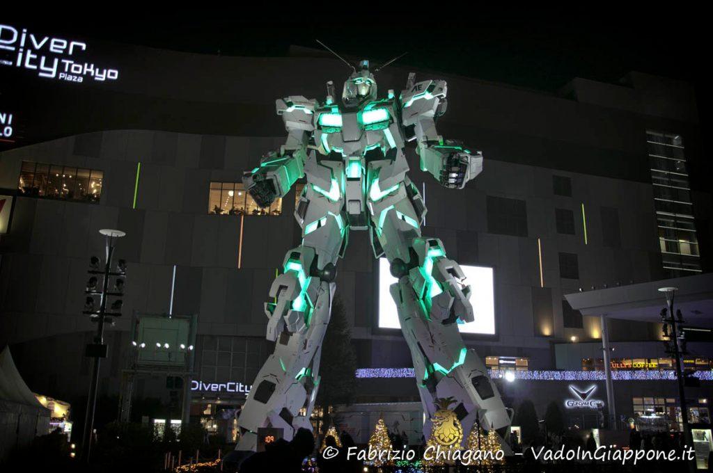 Gundam Unicord illuminato di verde ad Odaiba