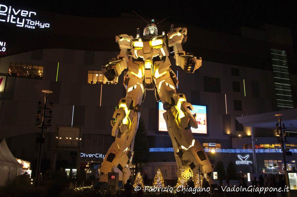Gundam Unicord illuminato di giallo ad Odaiba