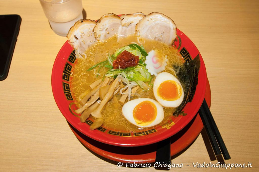 Ramen pronto per essere mangiato al Tokyo Ramen Kokugikan Mai