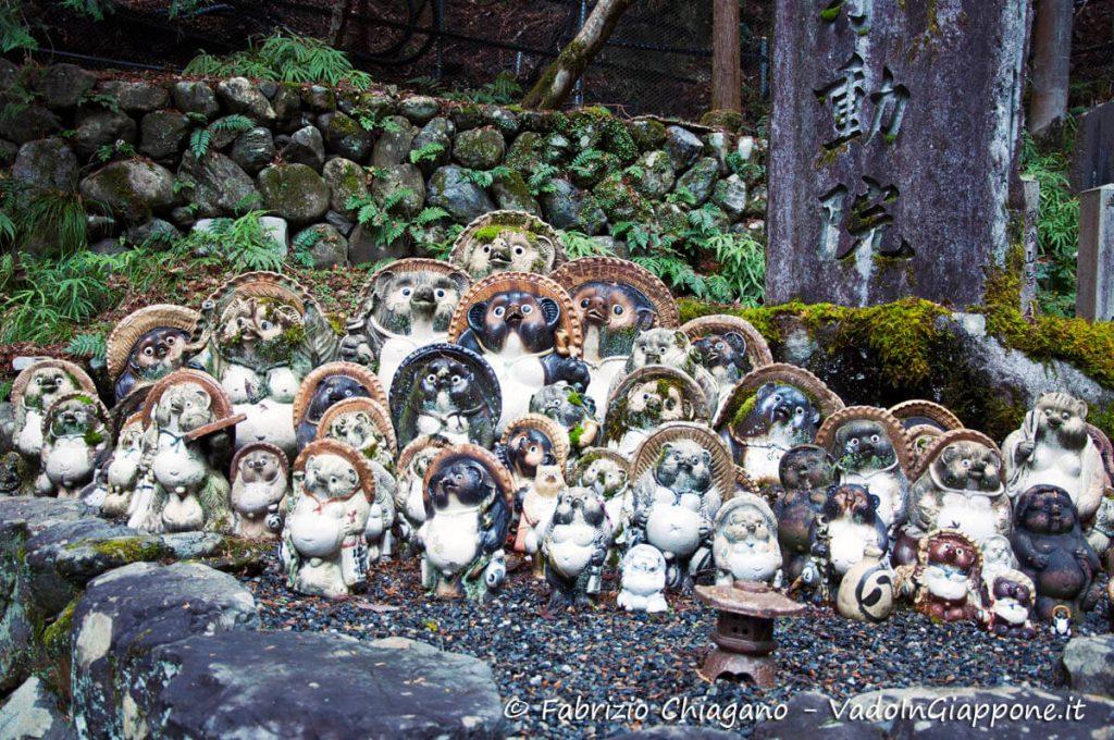 Statue di tanuki nei pressi del tempio Tanukidani-san Fudo-in