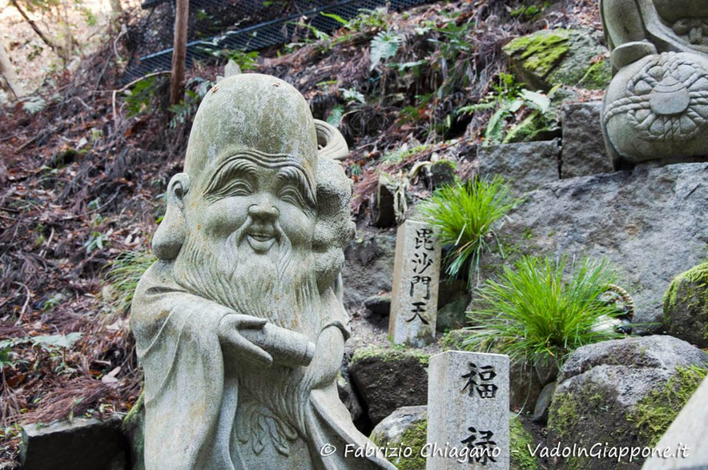 Statua di uno delle 7 divinità della fortuna lungo la strada che porta al Tanukidani-san Fudo-in