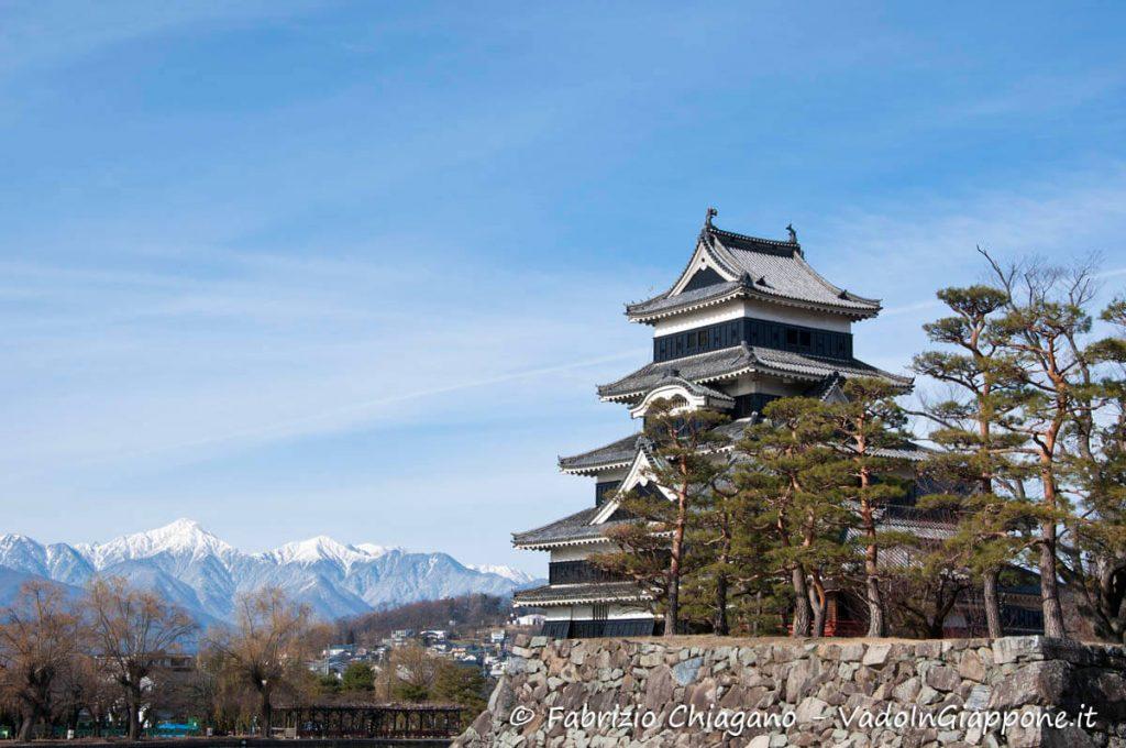 Il Castello di Matsumoto con le Alpi giapponesi di sfondo