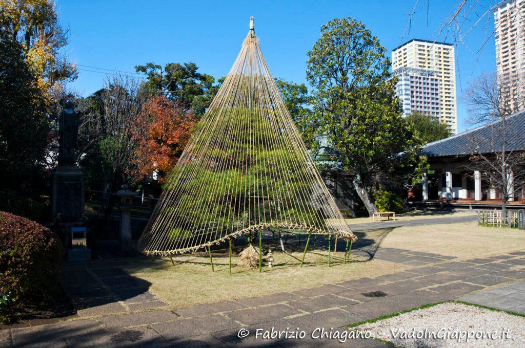 Albero pronto per l'inverno a Yanaka, Tokyo