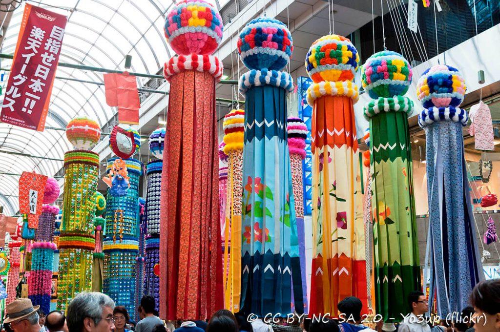 Kusudama lungo le strade giapponesi durante la festività Tanabata
