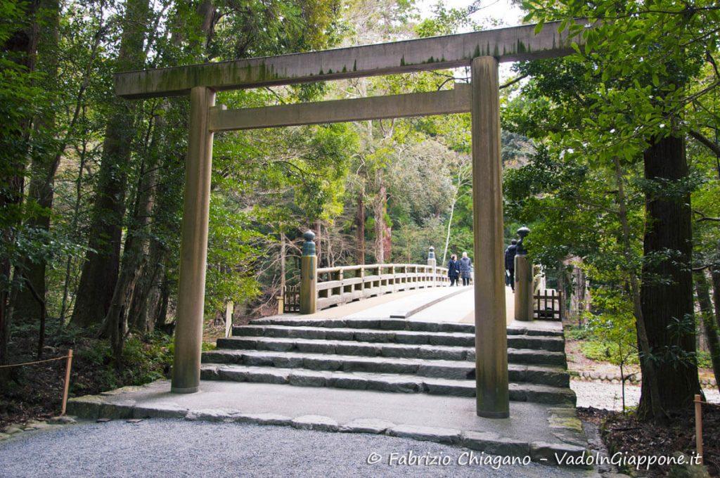 Uno dei tanti torii interni al santuario Naiku di Ise