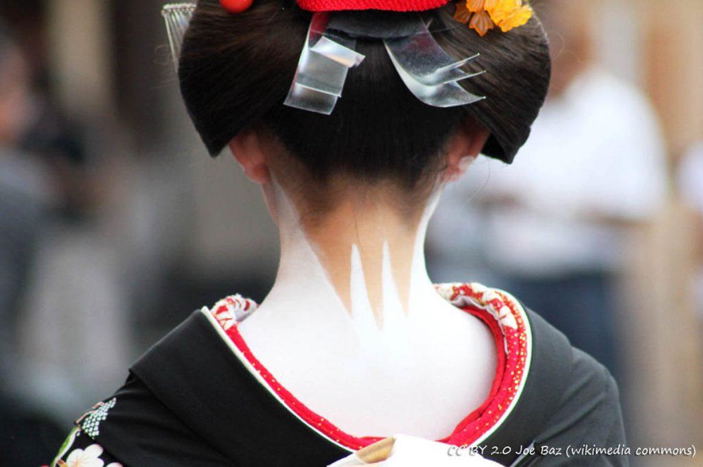 Trucco dietro la nuca di una Maiko