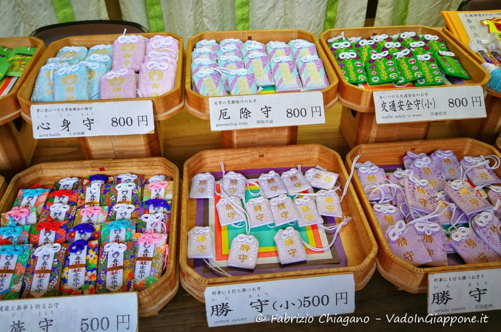 Omamori in vendita in un santuario shintoista