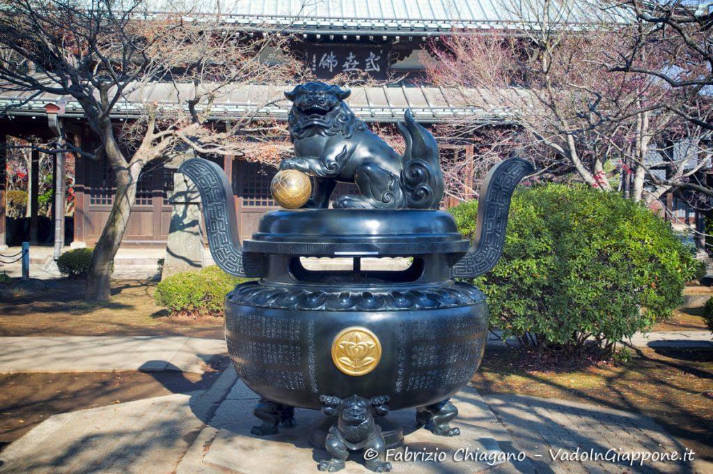 Grande incensiera con Komainu sulla cima
