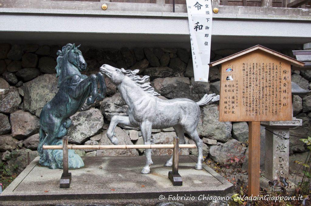 Statua con i cavalli della pioggia e del sereno offerti in dono al kami del Kifune Jinja