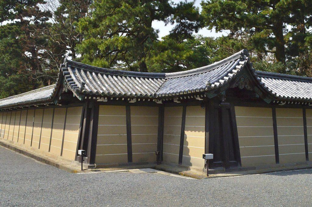 Sarugatsuji del palazzo imperiale di Kyoto, contro il Kimon